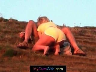 Mujer rubia está dando a su marido una mamada pov y obtiene cum