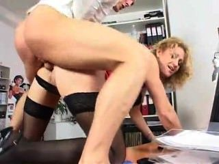 Milf de oficina de piernas largas de moda en acción