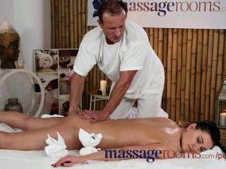 Salas de masaje belleza de 18 años obtiene un coño squelching antes fuck épica