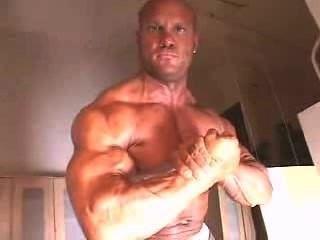 señor.Muscleman engrasando sus músculos