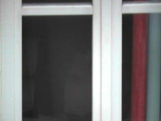 Chico sorprendido exhibiendo detrás de la ventana descubierta hasta él cums