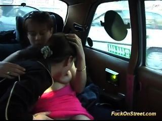 Dulce adolescente le gusta loco asiento trasero mierda en mi taxi
