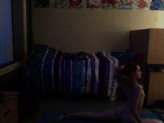 Adolescente practicando yoga desnudo