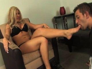 Esclavo lamer patas sucias amante