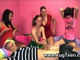 4 pequeñas chicas adolescentes dan guy handjob