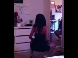 Hot latina chica en vestido apretado sacudiendo en frente del espejo