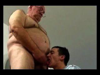 Abuelo y chico joven