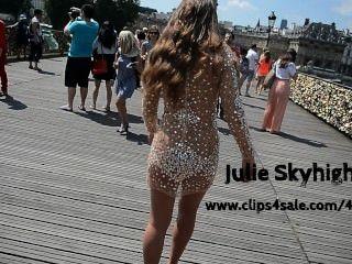 Julie skyhigh a paris: desnuda bajo vestido transparant en público en tacones altos