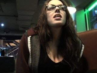 Upskirts viaje de aseo peeking y secreto voyeur masturbación en un bar público