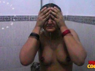 Sexy tits grande mujer sonia india tomando ducha registrada por el marido