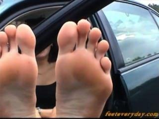 Morena caliente mostrando su gran soles y pies maravillosos