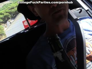Las niñas topless seducir a los hombres para la universidad caliente fucking al aire libre