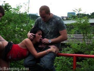 Orgía de sexo pública arriesgada con morena parte 3