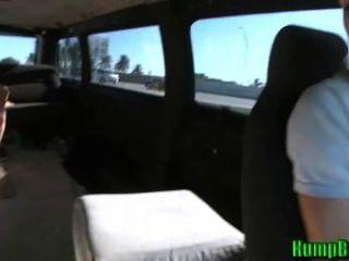 Amateur adolescente zorra chupa pollas en el autobús joroba