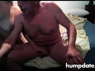 Viejo hombre obtiene nice handjob por su esposa