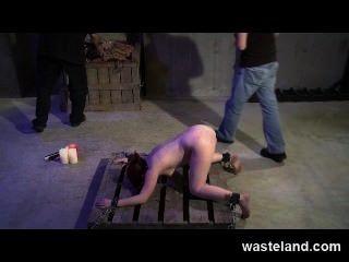 El maestro de la mazmorra entrena el aprendiz de la mazmorra cómo azotar y atormentar sumiso