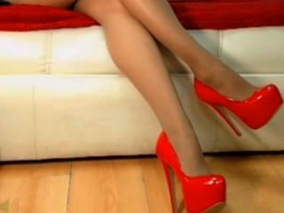 Nena en rojo tacones altos colgando