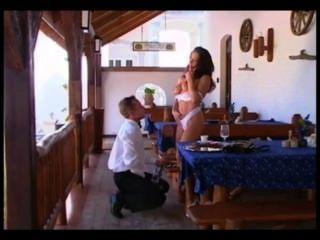 El camarero y la chica caliente.