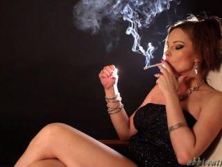 ¡Abbie que fuma atractivo para todos los fans!