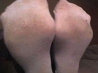 Chica en calcetines blancos mostrando de