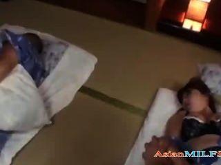 Milf en kimono dedos y follada cum a tetas mientras su marido durmiendo