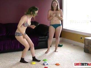 Dos chicas juegan un juego de tira coinciden con los colores