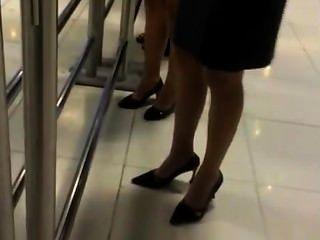 Dos damas sinceras que sumergen en nylons