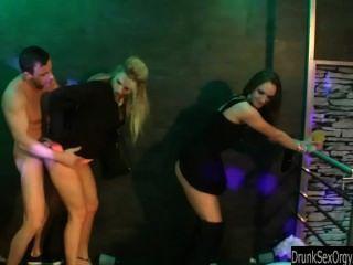 Putas bisexuales follando en el club
