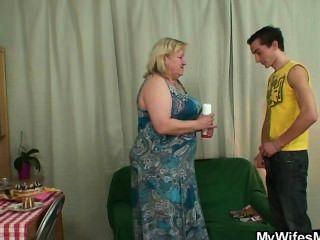 Esposa se enfurece cuando lo encuentra engañando