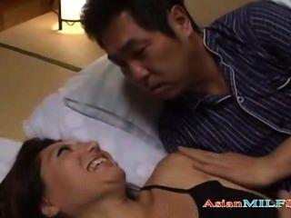 Tetona milf doblarse mientras que el tipo de dormir al lado de ella conseguir su pus