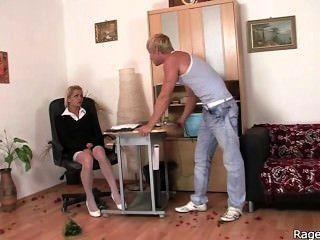Ella toma fuck duro en la oficina