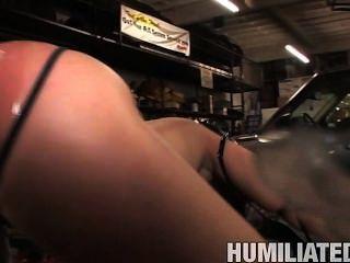 Charley persigue humillado en el garaje