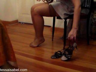 Ponerse medias y sandalias sexy