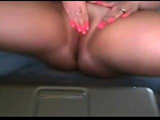 Chica aficionada grandes tetas frotando su coño afeitado