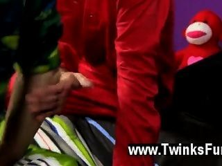 Caliente escena del twink los tipos empiezan cosas de la manera usual, con algunos