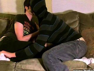 Twink sex aron parece muy feliz de consentirlo en su pie