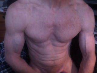 Bodybuilder masturbándose