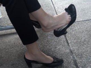 Sincero asiático dangling shoeplay pies