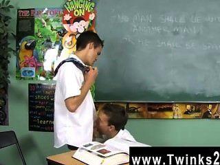 Clip gay de dustin revela y leo página son dos colegiales atrapados en