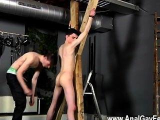 Caliente víctima de escena twink aaron recibe un azote, luego obtiene su ranura correctamente