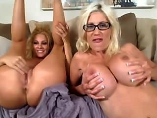 Dos lesbianas calientes que gustan y toying ambos agujeros