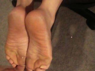 Cum en sus pies, culo y lengua!