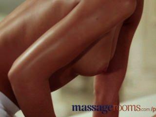 Salas de masaje inocente joven lesbiana tiene orgasmo punto g con masajista adolescente
