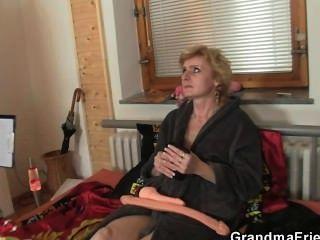 Dos hombres de entrega cogida solitaria mujer madura