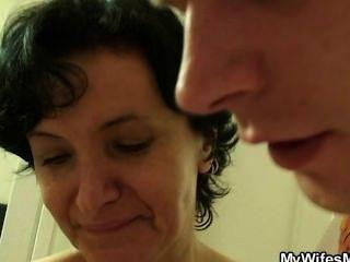 Esposa se vuelve loca cuando lo encuentra follando a su mamá