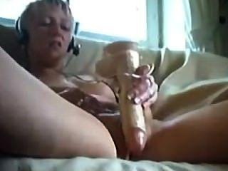 Amateur rubia adolescente folla su coño con juguetes