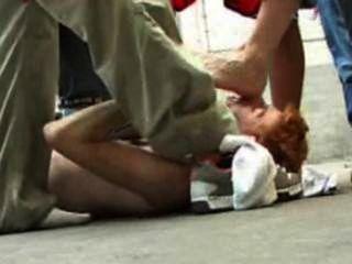 Los pernos prisioneros de las zapatillas de deporte pisotean en un twink dispuesto.