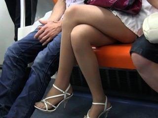 Sexy pies de nylon adolescente y las piernas en nilones escarpados en el tren