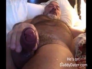 Peludo colgado daddybear abuelo sopla su carga en la lente de la cámara
