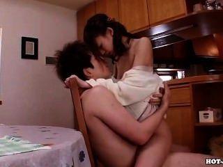 Chicas japonesas encantan a la esposa caliente en la cama room.avi